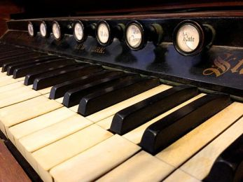 Standard_Organ_-_Keys_and_Knobs_(photo_by_Alan_Levine)
